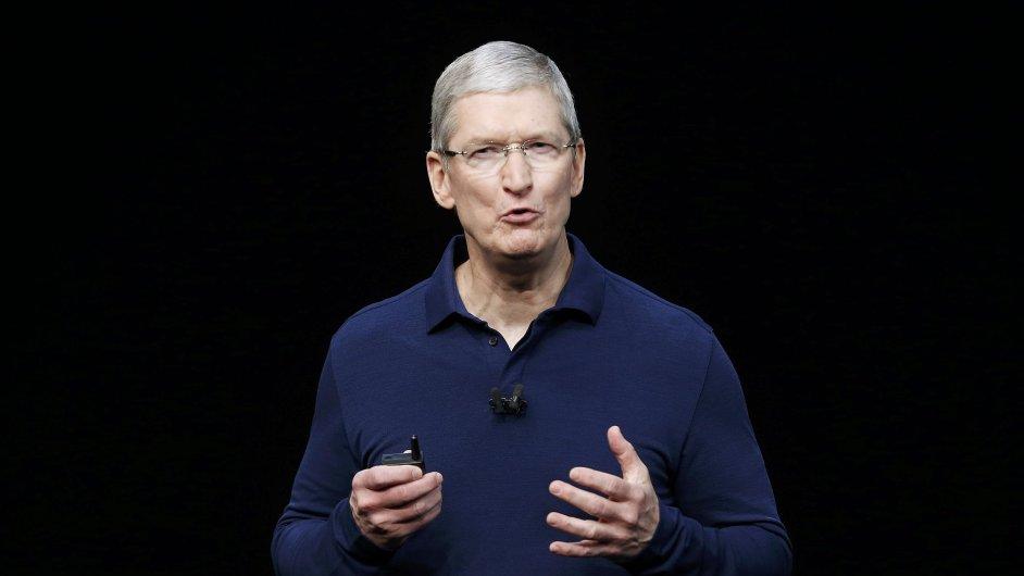 Tim Cook představuje nové iPhony.