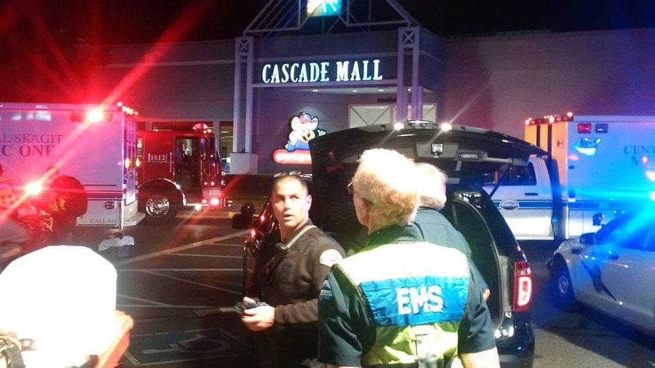 Střelba v americkém obchodním centru.