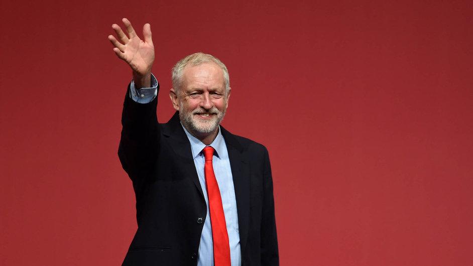 Jeremy Corbyn jasně zvítězil vbitvě opředsedu britských labouristů.