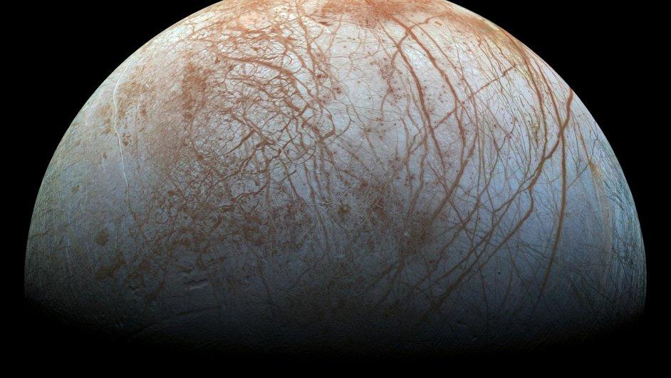 Měsíc Europa na němž by se mohla nacházet voda.