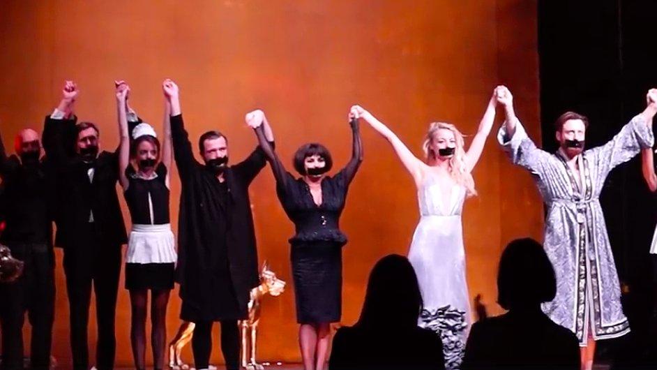 Herci teď po každém představení předstupují před diváky se zalepenými ústy.