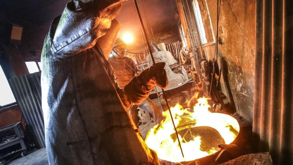 Postaru: Ve zvonařství u Leticie Vránové-Dytrychové nedají dopustit na koksové pece, ve kterých se taví zvonovina. Ta se poté vlévá do připravených hliněných forem.