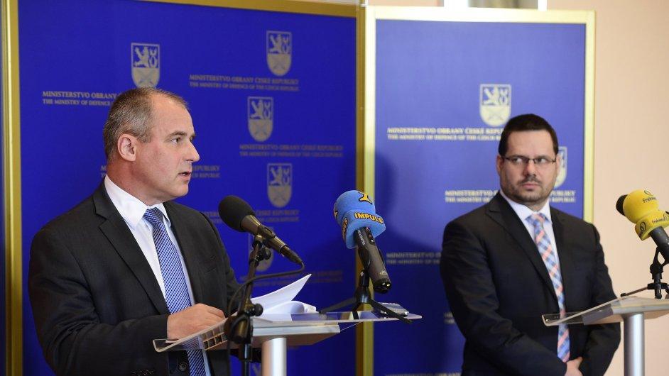 Ředitel Vojenského zpravodajství Jan Beroun (vlevo) a zástupce ředitele Národního centra kybernetických sil Kamil Tichý (vpravo).