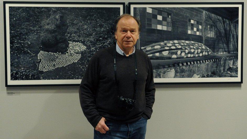 Na snímku z představení výstavy v Leica Gallery je autor fotografií Jaroslav Kučera.