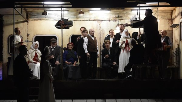 Na snímku ze zkoušky inscenace Želary (srdce mé) jsou zleva Petr Halberstadt hrající Josefa Jandu, Magdaléna Tkačíková jako Eliška a Annette Nesvadbová v roli Madlenky.