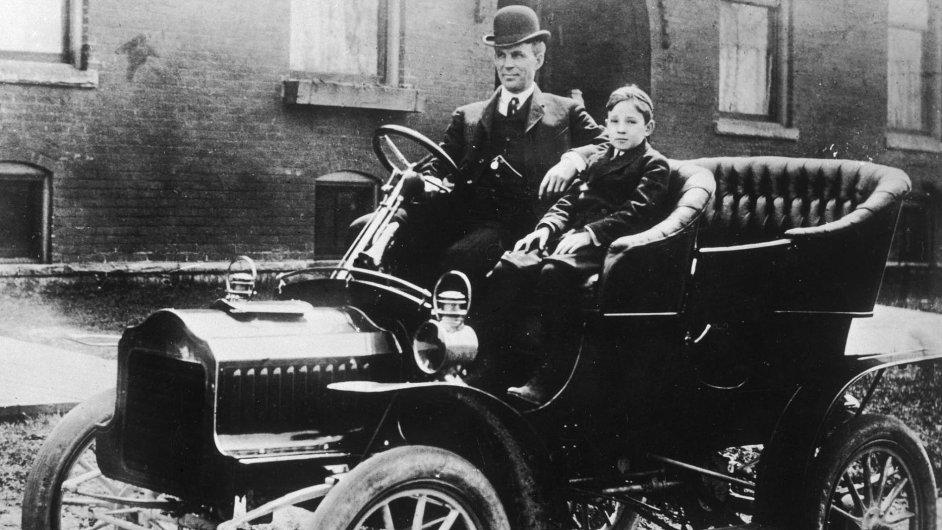 Henry Ford se synem Edselem ve svém nejslavnějším automobilu Model T.