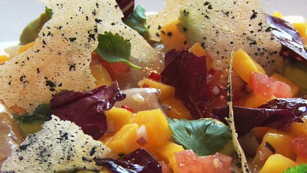 Šéfkuchař z Brna ukázal svou specialitu. Marinovaný mořský vlk se salsou z manga