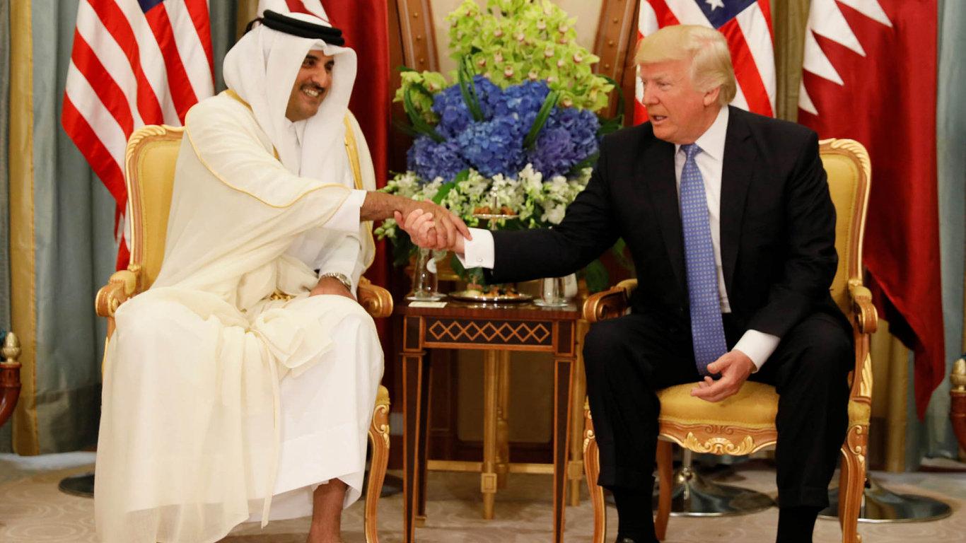 Katarský vládce Tamím ibn Hamad al-Sání se v květnu na konferenci v Rijádu potkal s americkým prezidentem Donaldem Trumpem.
