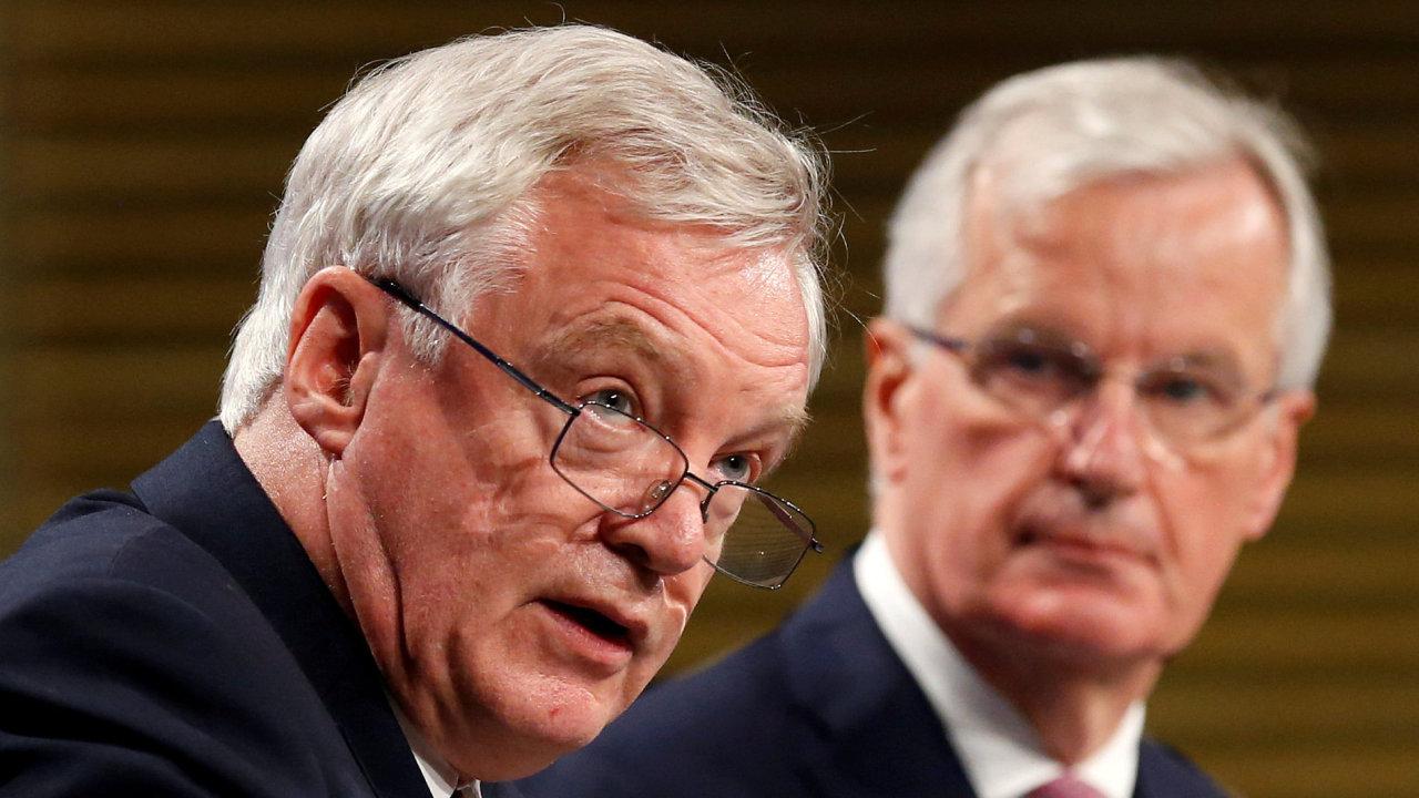 Britský ministr pro brexit David Davis (vlevo) a hlavní vyjednavač EU Michel Barnier.