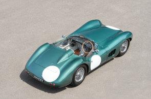 Aukce historických aut prolamují rekordy. Unikátní Aston Martin se prodal za půl miliardy korun