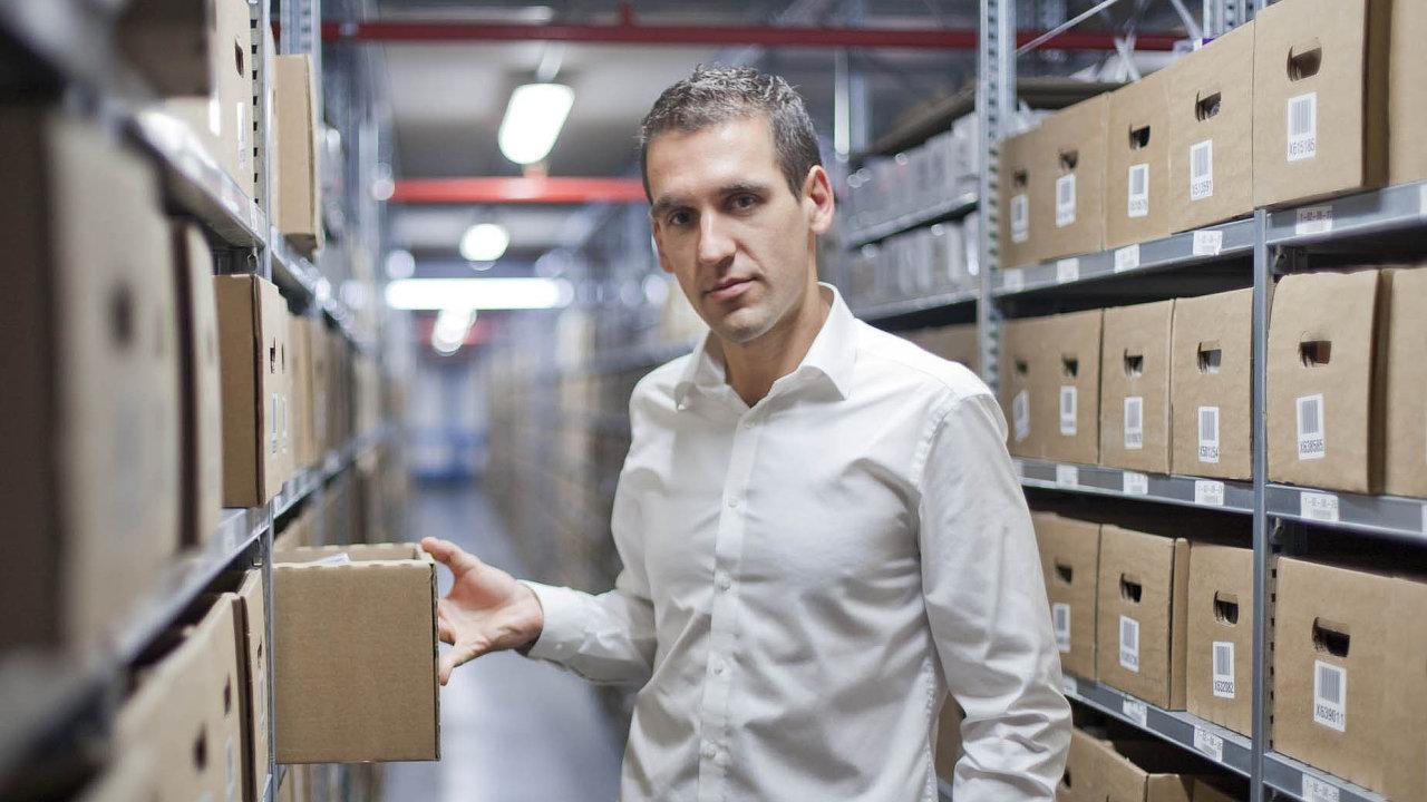 Michal Zámec, šéf a zakladatel firmy Internet shop s.r.o. prodává po internetu parfémy již 10 let. Nyní jeho firma pod značkou Beautyspin. com vstupuje na americký trh.
