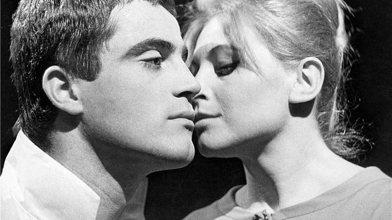 Na snímku ze slavného Romea a Julie režiséra Otomara Krejči roku 1963 v Národním divadle jsou Jan Tříska jako Romeo a Marie Tomášová v roli Julie.