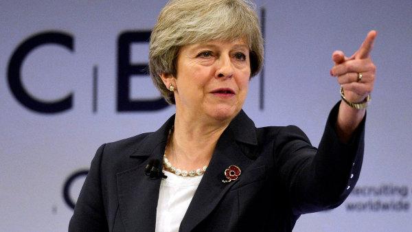 Therese Mayové hrozí další oslabení britské vlády. Po ministru obrany Fallonovi by mohlo jít o Priti Patelovou.