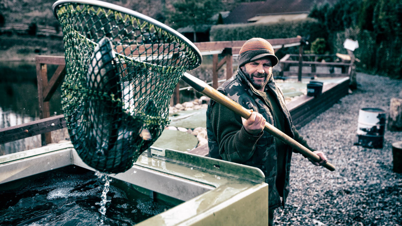 """""""Nejlepší ryby jsou zjihu,"""" tvrdí farmář Josef Kalenda."""