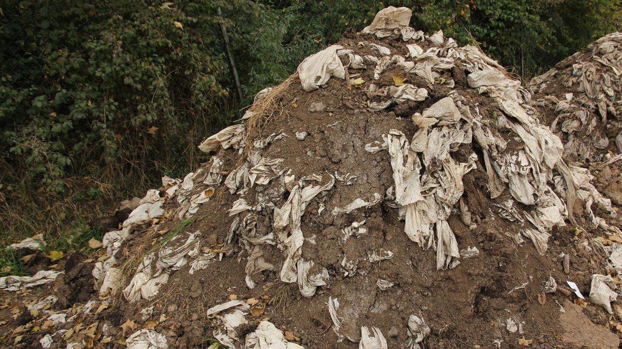 Vědci zkoumali vzahradních pařeništích akompostech, zda se snadno rozložitelné plasty rozpadají. Ukázalo se, že ani popěti letech se většina plastů nerozpadla.