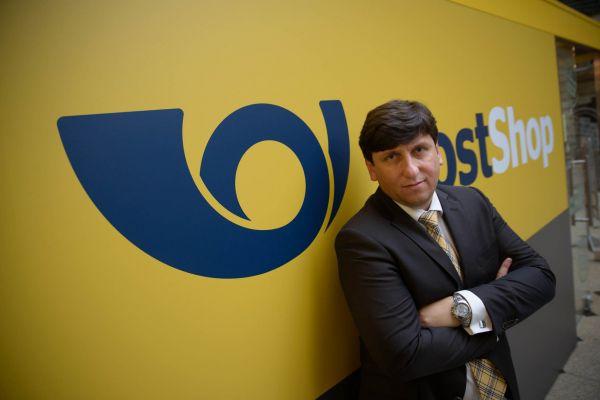 Jaká bude Česká pošta budoucnosti? Generální ředitel České pošty Martin Elkán pracuje nazměně pošty.