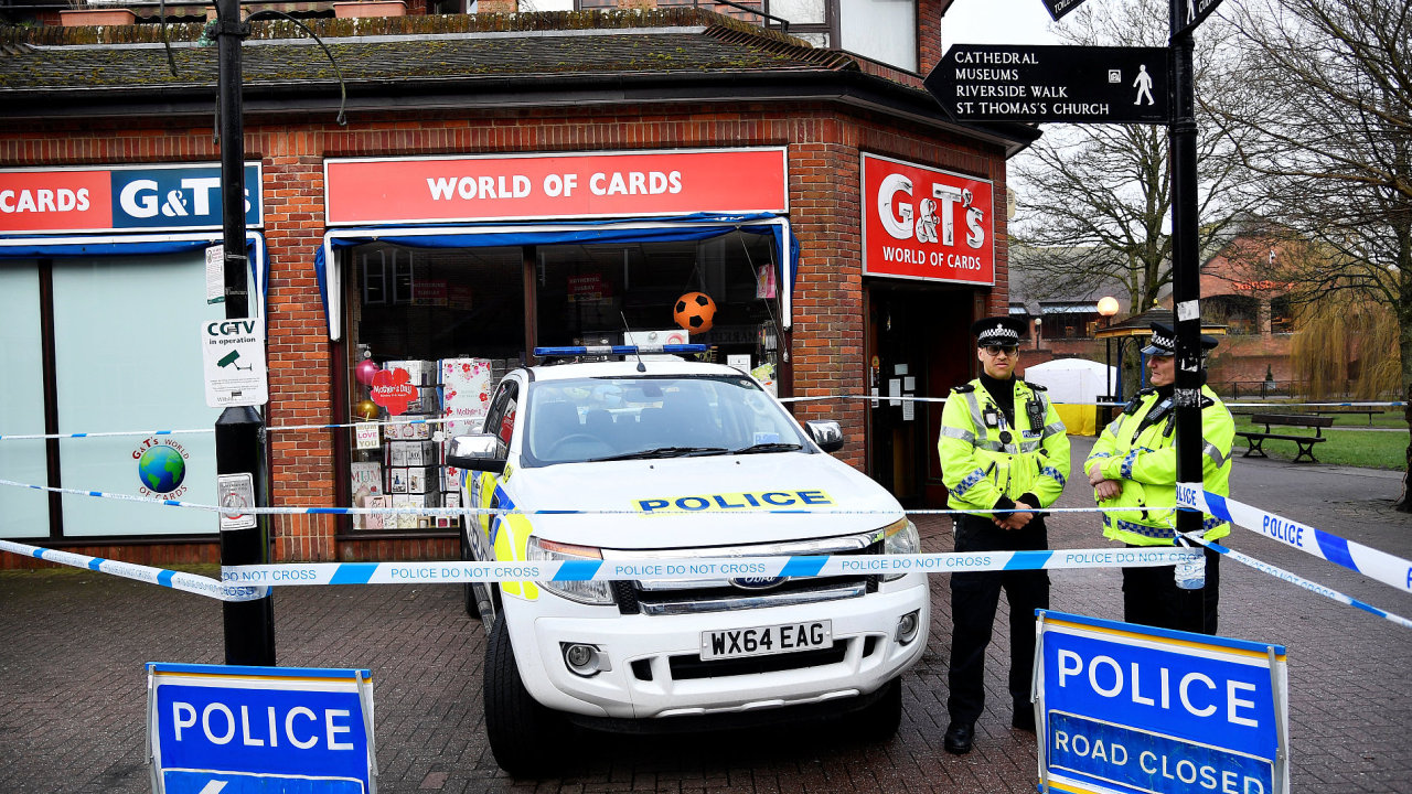 Místo činu. Britská policie vyšetřuje místo, kde bývalý ruský agent upadl do bezvědomí.