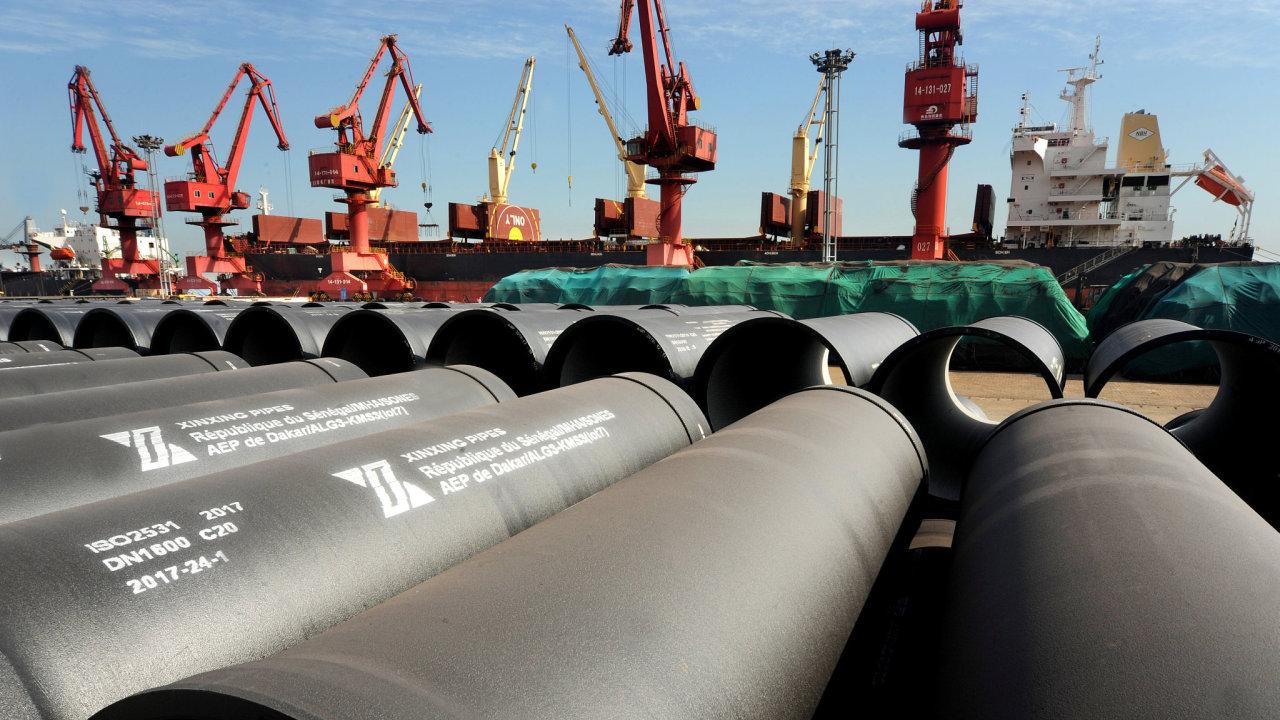 USA uvalily dovozní cla na unijní ocel a hliník. Nově budou importéři ze zemí EU zatíženi 25 procenty na ocel a 10 procenty na hliník.