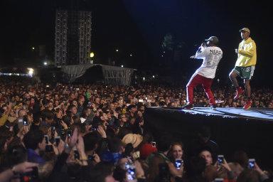 Podívejte se: Věž v barvě trikolory a kapela N.E.R.D. Začal hudební festival Colours of Ostrava, účastní se ho na 50 tisíc lidí