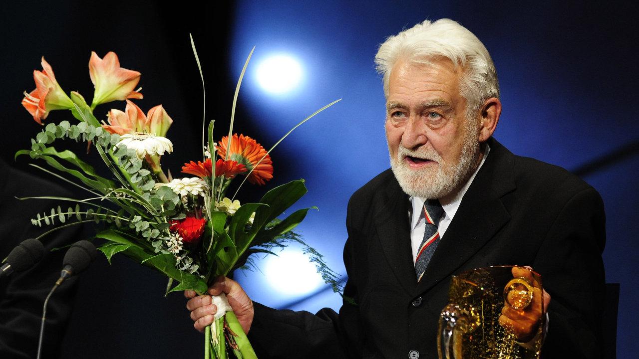 Ve věku 88 let zemřel herec Ilja Racek, dlouholetý člen Divadla na Vinohradech. Snímek je z 29. března 2008, kdy převzal v Praze Cenu Thálie 2007 za celoživotní činoherní mistrovství.