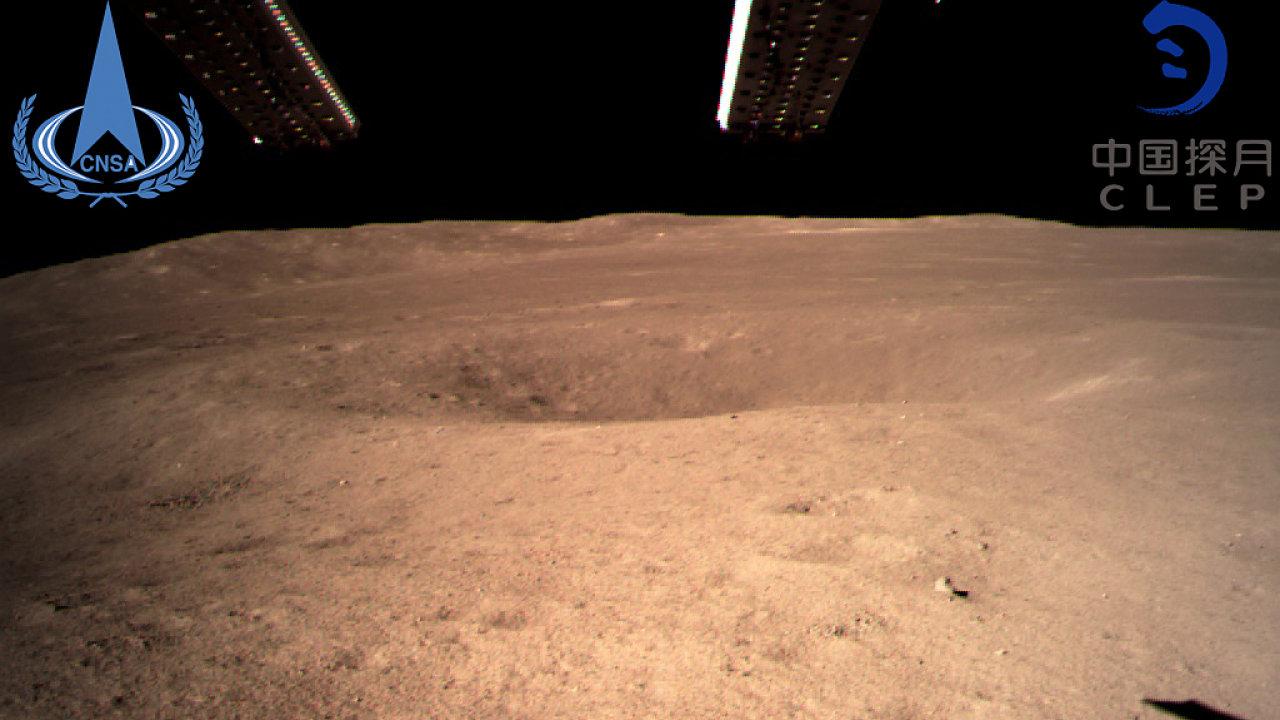 První snímek zaslaný čínskou sondou zachycující povrch odvrácené strany Měsíce.