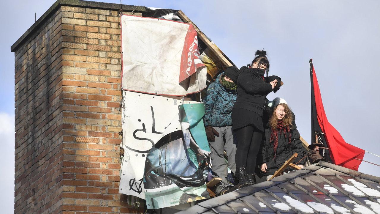 Aktivisté na střeše Kliniky.