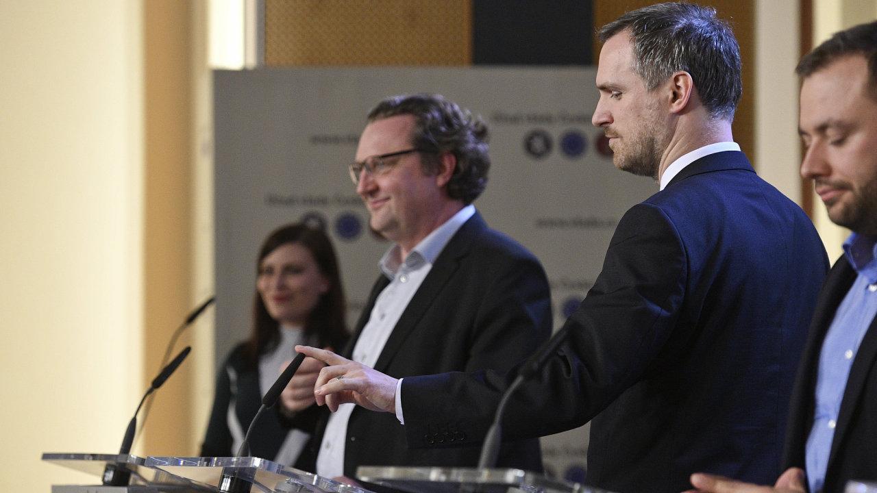 Pražský primátor Zdeněk Hřib čeká na začátek tiskové konference po jednání s premiérem Andrejem Babišem (ANO) k investičním záměrům v Praze.
