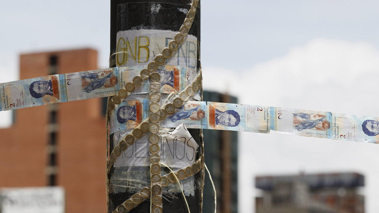Zátaras vytvořený před dvěma lety protivládními protestujícími v Caracasu z venezuelské znehodnocené měny.
