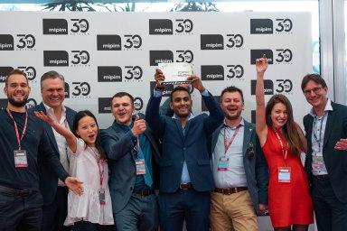 Vítězný tým Startup Competition, pražská Spaceti. Zleva: Vasily Kostomarov, Magnus Akerberg, Do Thu Trang, ředitel Max Verteletskyi, Aakash Ravi, Derrick Rayner, Aneta Klímová, Andreas Hoffmann.