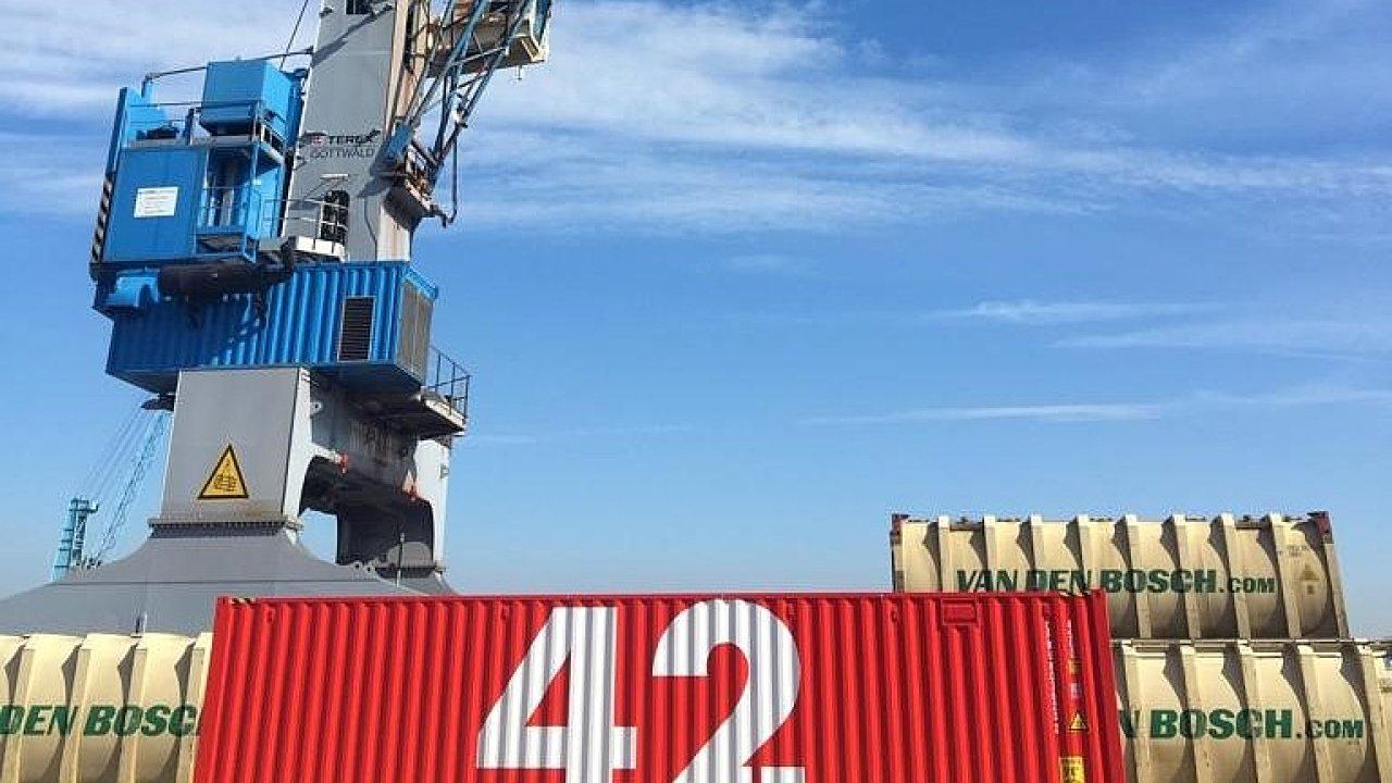 Hyper-smart Container 42 čeká na molu rotterdamského přístavu na začátek cesty kolem světa. První etapou bude mnichovské výstaviště a veletrh Transport Logistic.