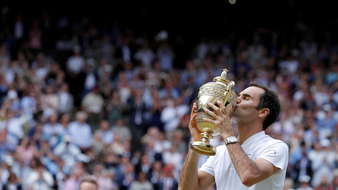 Se slavnou trofejí. Wimbledon vyhrál Roger Federer osmkrát, naposledy se takto radoval v roce 2017.