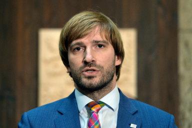 Podle ministra zdravotnictví Adama Vojtěcha (za ANO) by nemocnice měly investovat spíše do svého vybavení.
