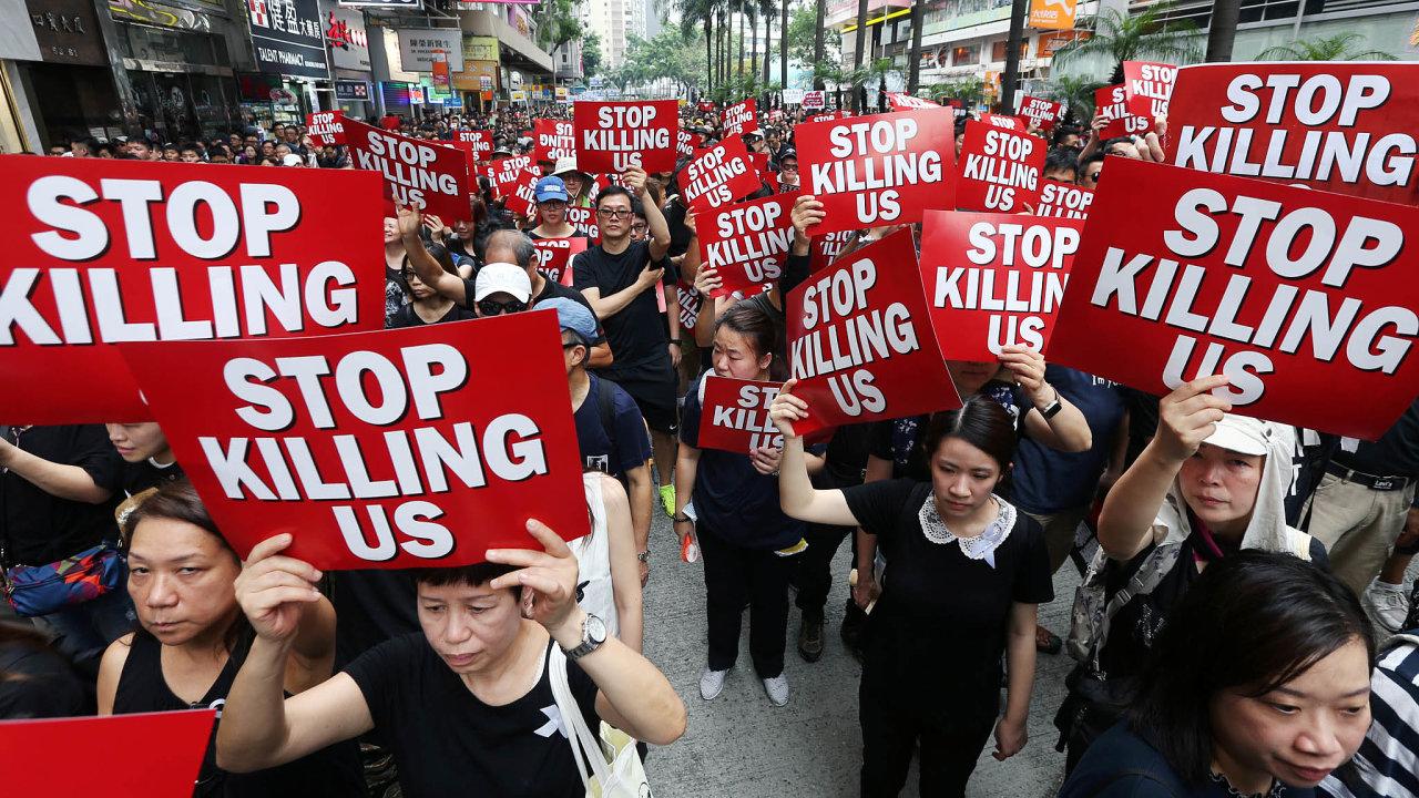 Bývalá britská kolonie Hongkong, která se v roce 1997 vrátila pod čínskou správu, čelí největší politické krizi za uplynulá desetiletí. Autonomní oblastí otřásají masové demonstrace a násilnosti.