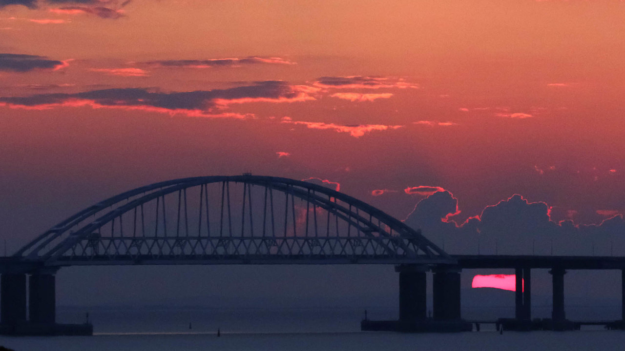 Devatenáct kilometrů dlouhý most spojuje anektovaný Krym sKrasnodarským krajem. Jeho stavba trvala dva roky astála vpřepočtu přes 86miliard korun.