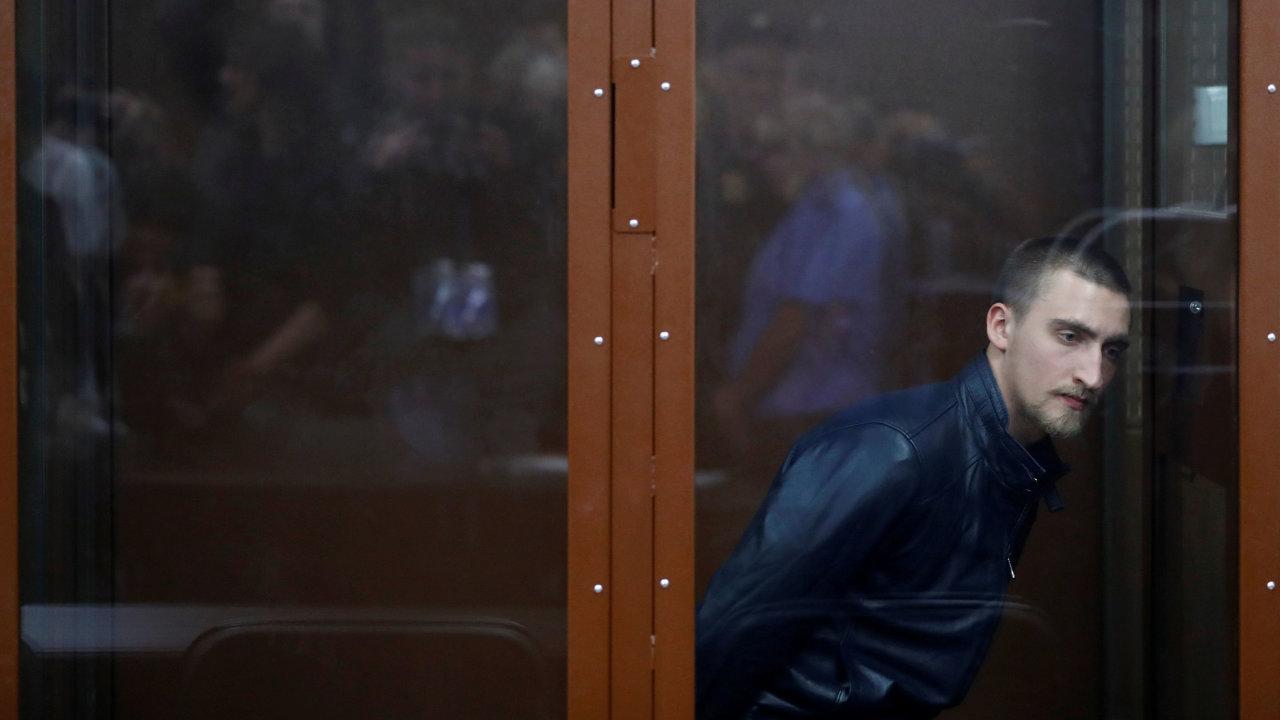Herec Pavel Ustinov byl odsouzen moskevským okresním soudem na tři a půl roku vězení.