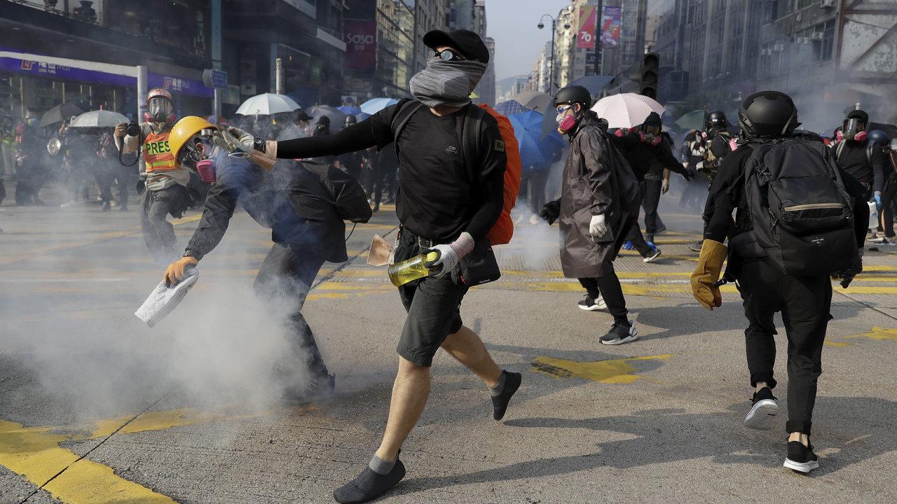 Několik tisíc lidí se dnes shromáždilo k dalšímu protestu v Hongkongu, i když ho policie nepovolila.