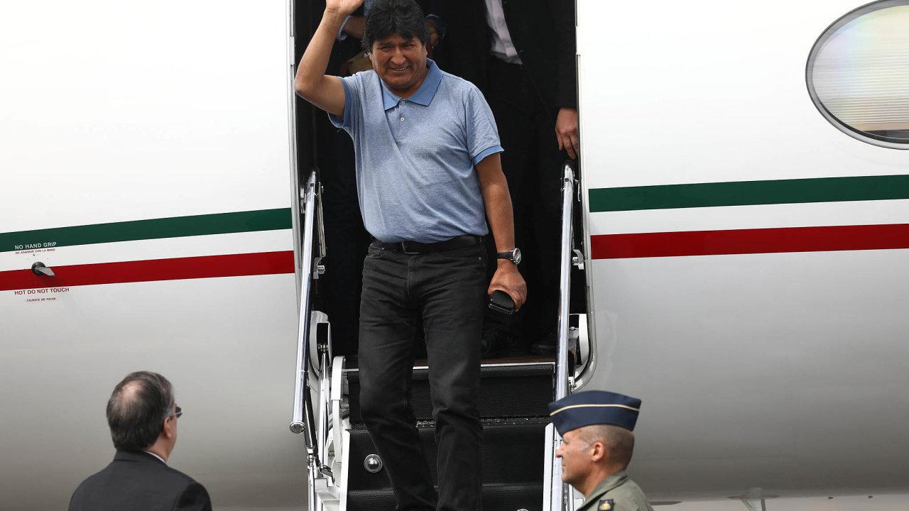 Evo Morales, který vneděli téměř po14 letech včele Bolívie podal pod tlakem masových demonstrací avreakci navýzvu velení armády apolicie demisi, odletěl doMexika, jež mu udělilo azyl.
