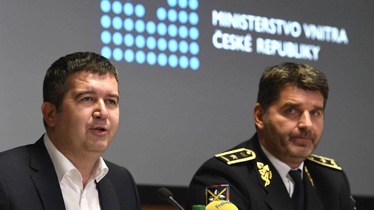 Podle policejního prezidenta Jana Švejdara (vpravo) je analytické oddělení pro fungování policie naprosto nezbytné. Na tom se sním shodne iministr vnitra Jan Hamáček (ČSSD).