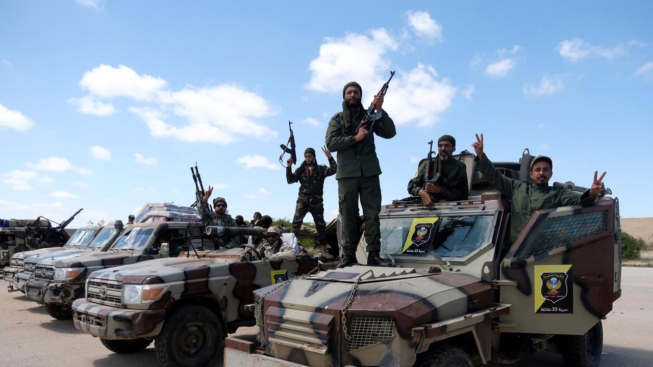 Příslušníci Libyjské národní armády Chalífy Haftara se pokouší dobýt Tripolis už odletošního dubna. Najejich straně bojují iruští žoldnéři.