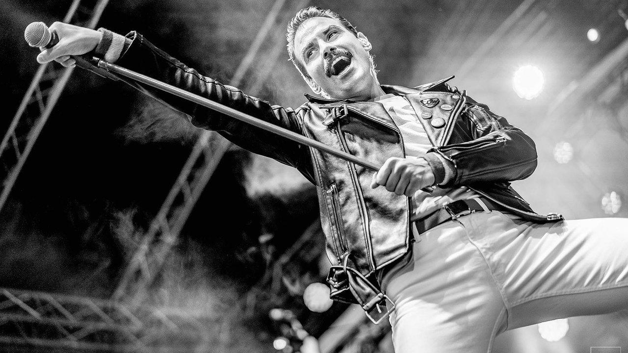Frontman revivalové skupiny Queenie Michael Kluch.