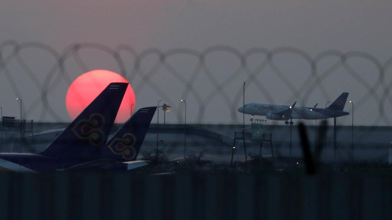 Nasnímku zevčerejšího rána jsou zachyceny letouny Thai naletišti Suvarnabhumi vBangkoku, kde mají aerolinie základnu. V příštích dnech jich většina zůstane na zemi.
