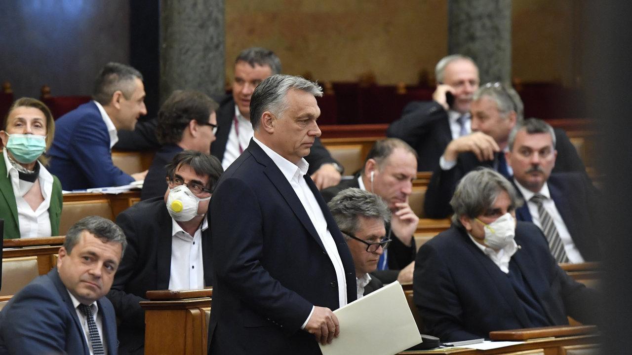 Viktor Orbán v maďarském parlamentu při schvalování kritizovaného zákona o koronaviru.