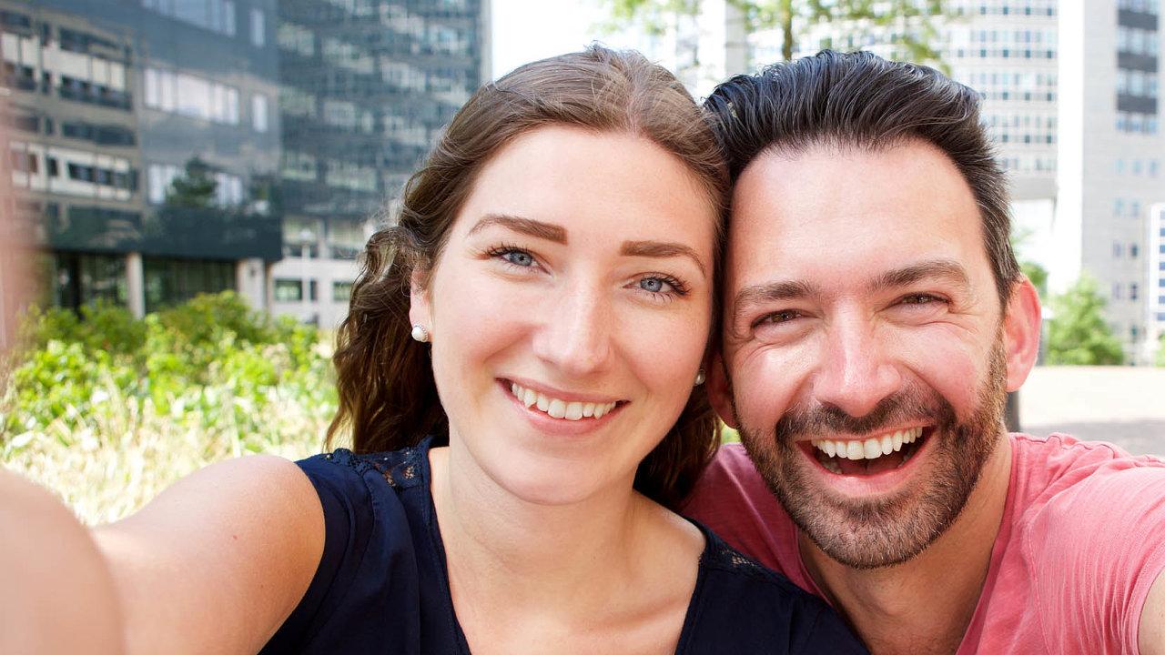 Opravdu spolu? Nová technologie by mohla umožnit vytvořit podobné selfie, aniž by portrétovaní museli být fyzicky spolu.