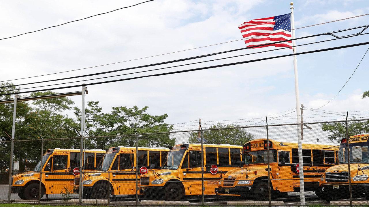 Autobusy bez dětí: Většina dětí vamerickém Pittsburghu se nadále učí zdomova, takže školní autobusy nevyjely.