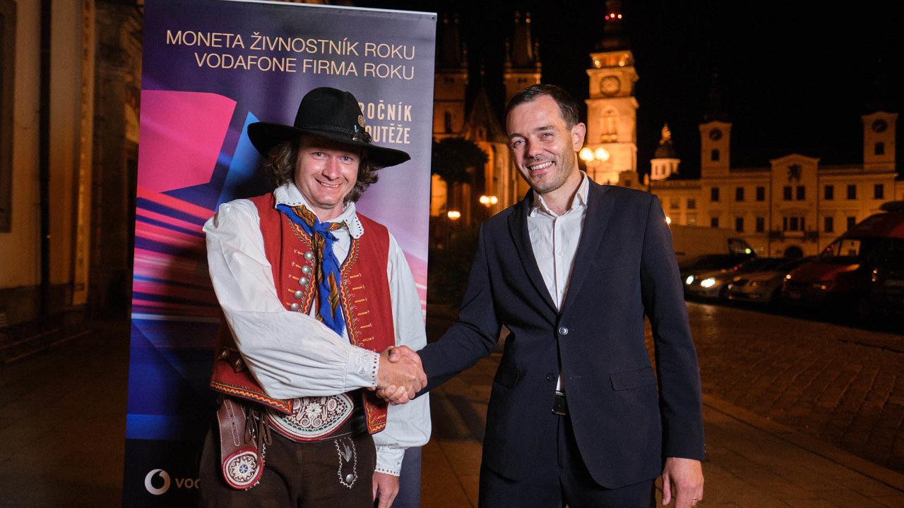Vítězové: Truhlář Zdeněk Fryml (vlevo) aMichal Krejčí, manažer inovací firmy LabMediaServis.