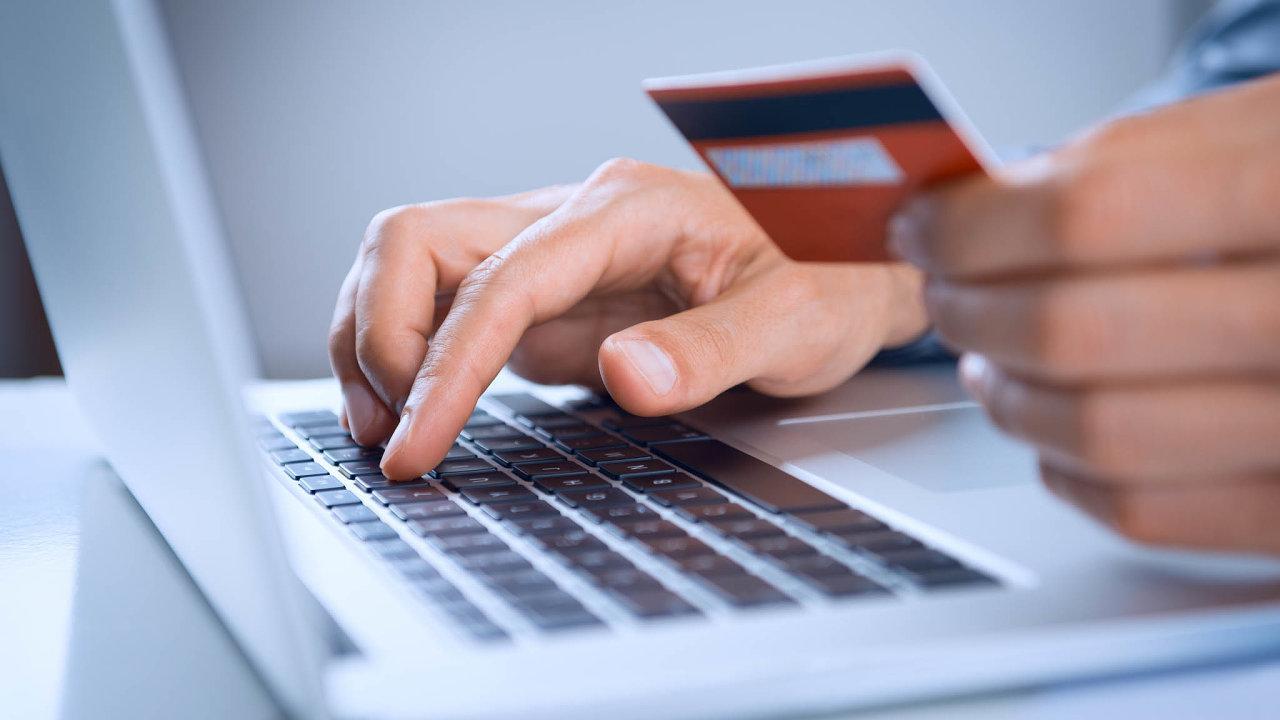 Češi na internetu nakupují nejčastěji na notebooku.