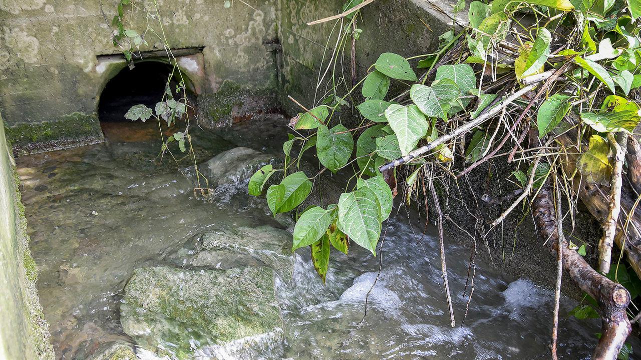 Výpusti odpadních vod doBečvy. Vyústění kanálu vedoucího zpatnáct kilometrů vzdáleného areálu bývalé Tesly vRožnově pod Radhoštěm.