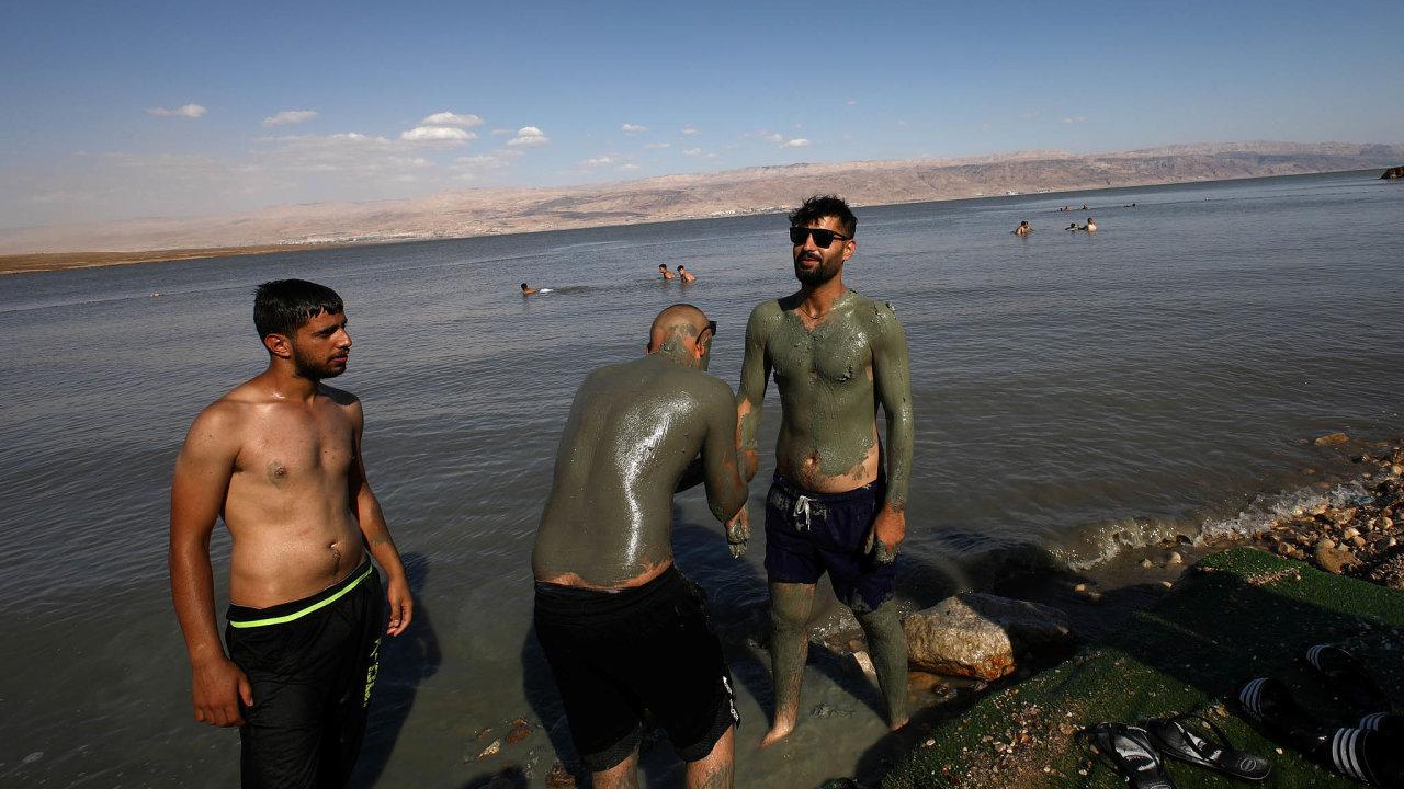 Mrtvé moře patří k cílům, které přitahují turisty do Izraele. S očkovacím pasem budou mít snazší přijet na místo Řekové.