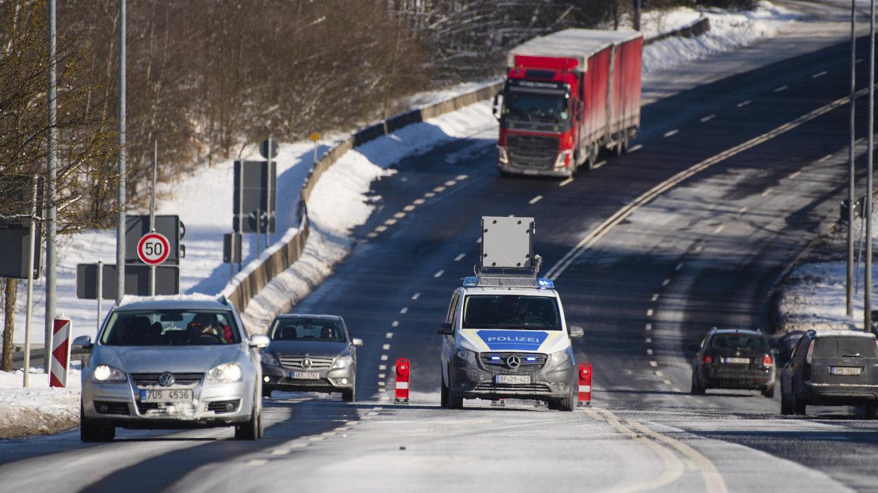 Hraniční přechod Pomezí nad Ohří hlídají němečtí policisté.