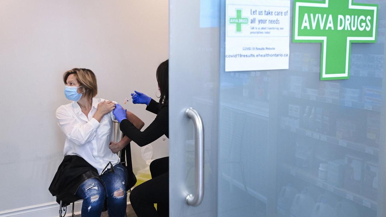 Evropské státy pozastavují očkování vakcínou od firmy AstraZeneca. Nic ale nenaznačuje, že by způsobovala krvácení či krevní sraženiny, uvádí Evropská agentury pro léčivé přípravky.